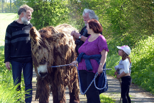 Promenade avec une ânesse - Gîte de la ferme du champ du parc - Ouismes - Crézières - Deux-Sèvres